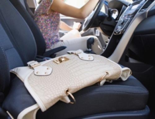 Se frughi nella borsa mentre guidi rischi la patente