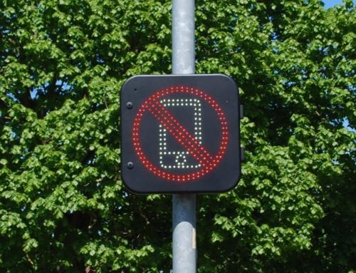 Telefono alla guida? In Inghilterra si attiva un divieto luminoso